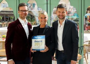 Benjamin Leschowski und Stefan Velte übergeben den HolidayCheck Award 2013 an Europa-Park-Hoteldirektorin Michaela Doll-Lämmer.