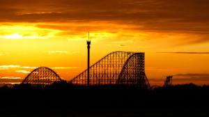 Die schnellste Holzachterbahn der Welt beim Sonnenuntergang: Colossos im Heide-Park Soltau