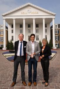 Frank Müller, Leiter Food & Beverage Operations Hotel Bell Rock, Thomas Mack, Geschäftsführung Europa-Park, und Michaela Doll-Lämmer, Hoteldirektorin Logis, (v.l.n.r.) sind stolz auf die hochkarätige Auszeichnung.