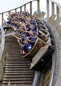"""Die Fußballkids genießen die rasante Fahrt in der Holzachterbahn """"WODAN – Timburcoaster"""""""
