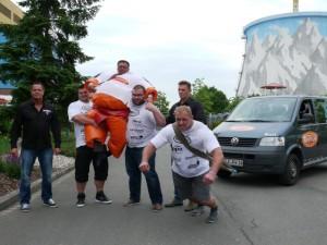 Das Auto bewegt sich nur durch Muskelkraft: Strongman zieht Transporter im Winderland Kalkar