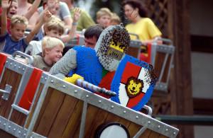 Die ein rasanter Ritt auf der Achterbahn Drachenfahrt darf beim Ritter-Spektakel im Legoland Deutschland nicht fehlen.
