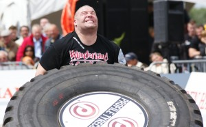 Reifenheben bei der Strongman Champions League im Wunderland Kalkar
