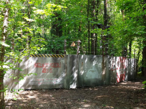 Hinter dieser Mauer liegt das verlassene Forschungsareal der vergessenen Welt im Saurierpark