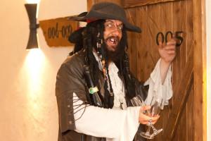 Privater Pirat ueberrascht mit Sekt