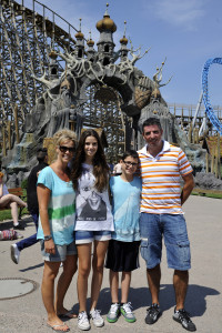 """Roy Makaay mit seiner Familie vor dem Eingangstor der Holzachterbahn """"WODAN – Timburcoaster""""."""