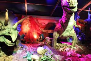 Die Handwerker erneuern die Beleuchtung der T-Rex-World. (Bild: Freizeitland Geiselwind)