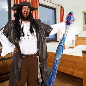 Die eigene Zahnbürste als Schlüssel zum Erlebnisurlaub: Am 4. August verlost das Heide Park Resort vor Ort fünf Hotelübernachtungen im Piratenhotel