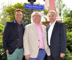 Große Ehre - Roland und Jürgen Mack weihen mit Michael Scholz (Mitte) die Michael-Scholz-Allee im Europa-Park ein.