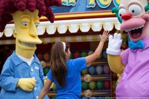 """""""High Five"""" für Krusty den Clown im Springfield-Freizeitpark Themenbereich"""