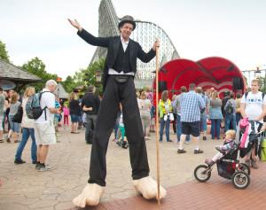 Wird die Gäste auch bei der großen Geburtstagsfeier begrüßen: Der Stelzenläufer im Heide-Park Soltau