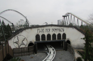 Flug der Dämonen Logo an der Station