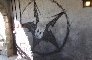 Flug der Dämonen Logo am Tunnel