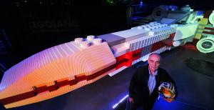 Garrick Hagon vor X-Wing im Legoland Deutschland