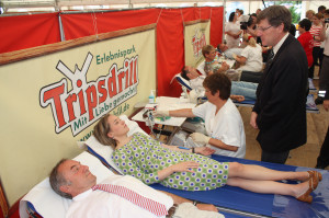 Kristina Schröder bei Blutspende in Tripsdrill