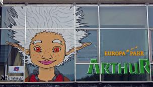 Arthur aus dem Europa-Park an der Hausfassade