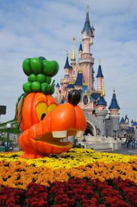 Der Freizeitpark wird zu Halloween herbstlich dekoriert. (Foto: Disneyland Paris)