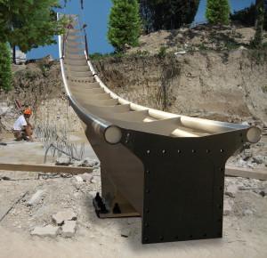 Die ersten der gewaltigen Schienen werden auf der Baustelle des Dive Coaster montiert. (Foto: Gardaland)