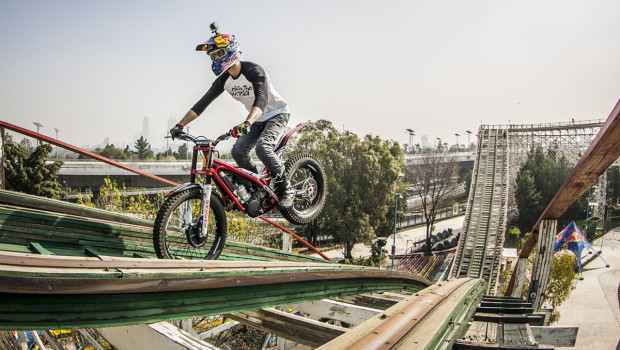 Motorrad auf Achterbahn - Red Bull Roller Coaster