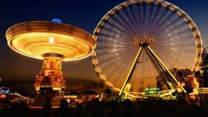Riesenrad und Kettenkarussell bei Nacht