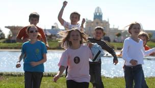Kinder vor Schloss Belantis