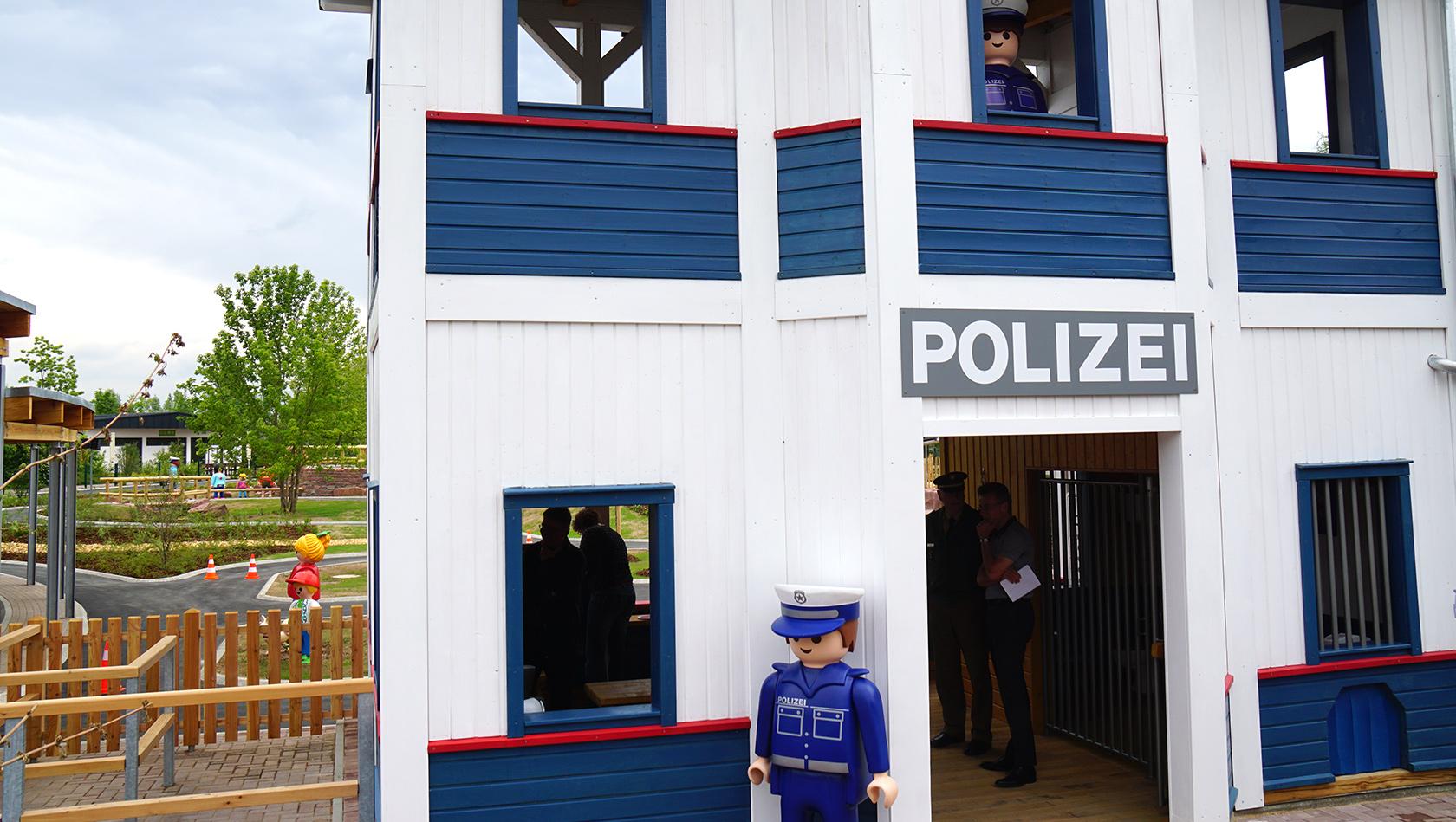 playmobil funpark  polizeistation mit gokartparcours