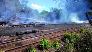 Brand im Fort Fun Abenteuerland – Westernkulisse im Wald vollständig zerstört (UPDATE)