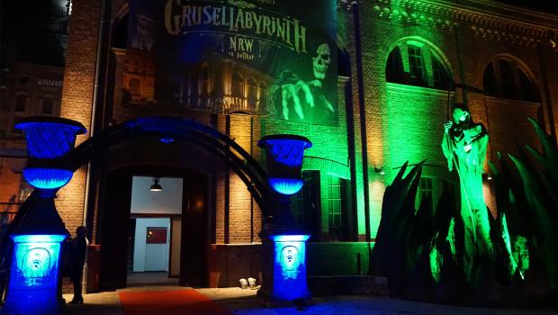 Grusellabyrinth NRW - Eingang bei Nacht