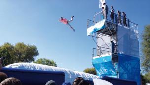 Freier Fall ins Mega-Kissen: Fort Fun Abenteuerland eröffnet Sommerattraktion 2015