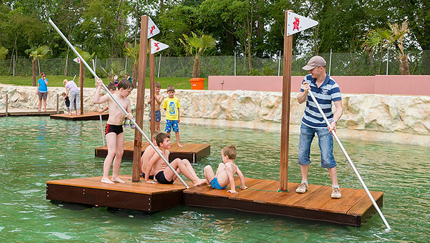 Im alten Schwimmbecken können Besucher auf Flößen treiben.