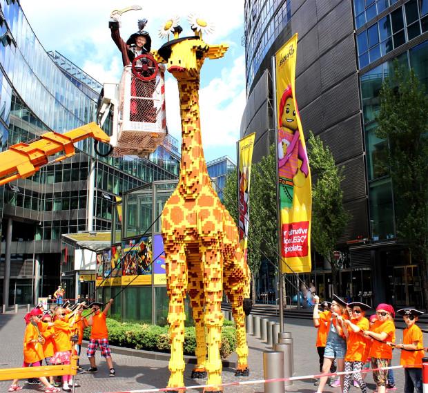 Giraffe mit Augenklappe im LEGOLAND Discovery Centre Berlin