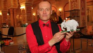 Sven Hofmann bei der Ausstellung LEGO-Baustein-Welten