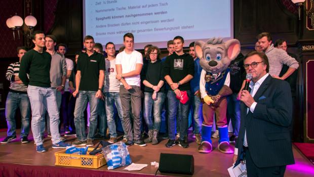 Roland Mack mit den Gewinnern der Brückenkonstruktion