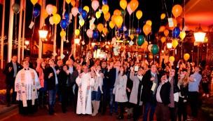 Buntes Ballonmeer voller Wünsche: Europa-Park-Künstler erhalten Segen für die Saison 2016