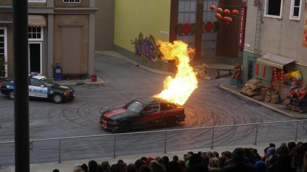 """Der wohl spektakulärste Stunt - ein brennendes """"Gangster""""-Auto."""