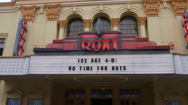 Die an den neuen Film angepasste Front des Roxy Theater.