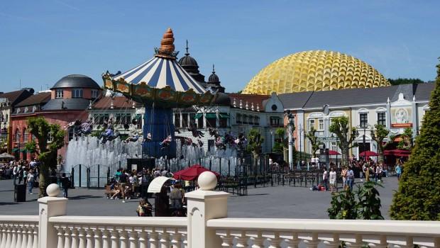 "Phantasialand - Kaiserplatz mit ""Race for Atlantis"" im Hintergrund"