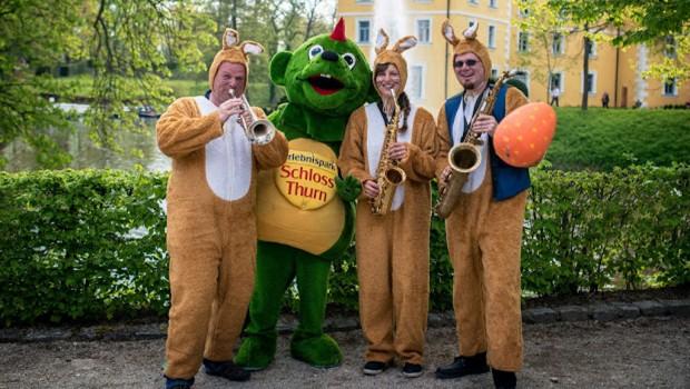 Osterhasen-Blasorchester im Erlebnispark Schloss Thurn
