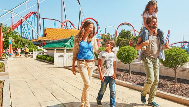 Familie vor Dragon Khan in PortAventura World