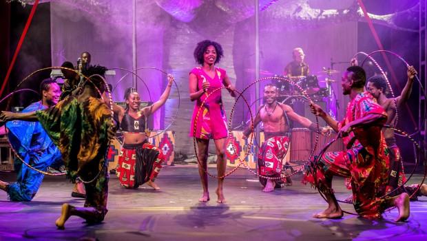 "Zaidina Nassoro Juma zeigt sich als Herrin der Ringe in de Show ""Mother Africa"". (Foto: Serengeti-Park Hodenhagen)"