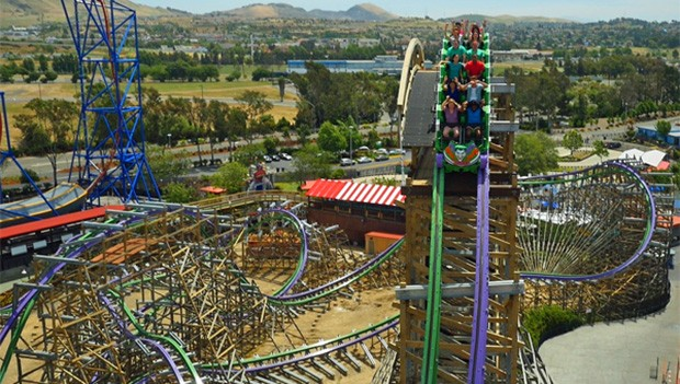 "30 Meter in die Tiefe: Der First Drop von ""The Joker"". (Bildquelle: Six Flags)"