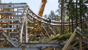 """""""Wildfire""""-Baustelle im Blick: Neue Holzachterbahn 2016 in Kolmården kurz vor Schienenschluss"""