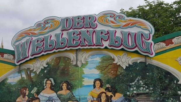 """Schriftzug bei """"Der Wellenflug"""" (Kirmes)"""
