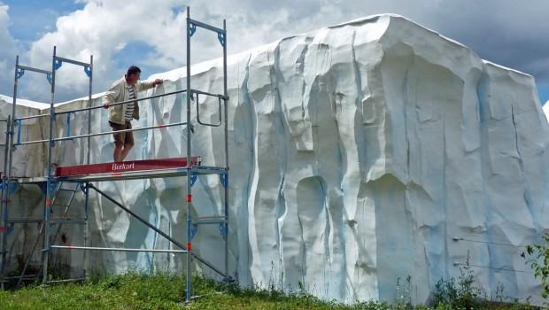 Kunstfels-Modellierer Andreas Thürnau gibt den Eisfelsen im Eisbärengehege den letzten Schliff. (Foto: Zoo Karlsruhe)