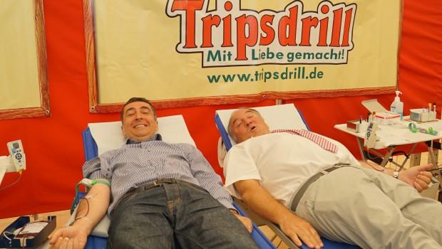 Cem Özdemir beim Blutspenden in Tripsdrill 2016