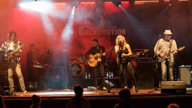 Rockomotion Band bei Skyline Park bei Nacht