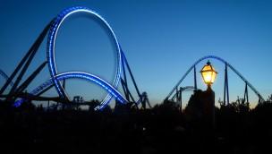 blue fire im Europa-Park bei Nacht