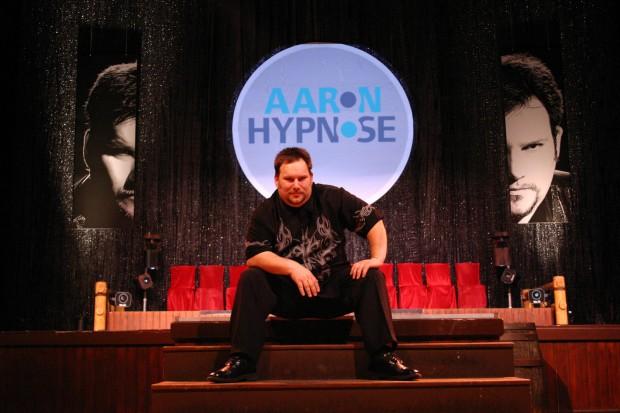 Aaron vor der Bühne seiner Hypnose Show.