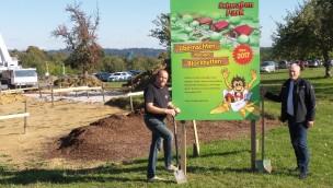Feriendorf am Schwaben-Park entsteht: Bau der Blockhütten hat begonnen