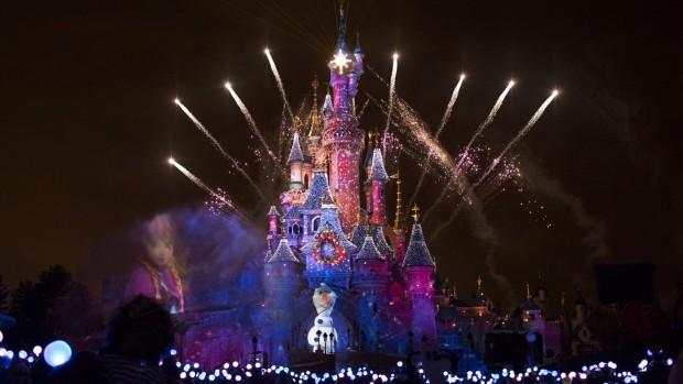 Disneyland Paris Schloss zu Weihnachten bei Nacht